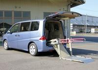 介護車両・手動折畳み式リフト(WK1)(リフト展開時) 手動折畳み式リフト(WK1)へのリンク 別ウインドウで表示